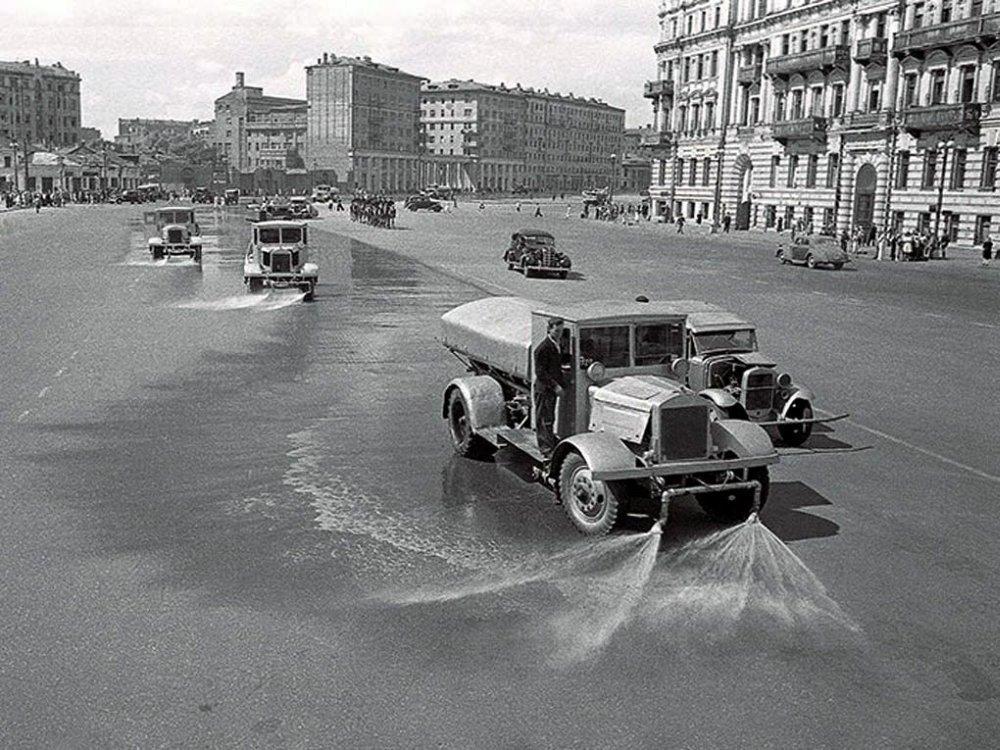 Поливальные машины на московских улицах смывают следы