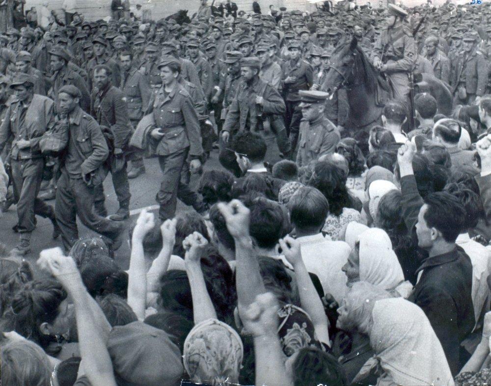 Колонна из пленных немецких солдат