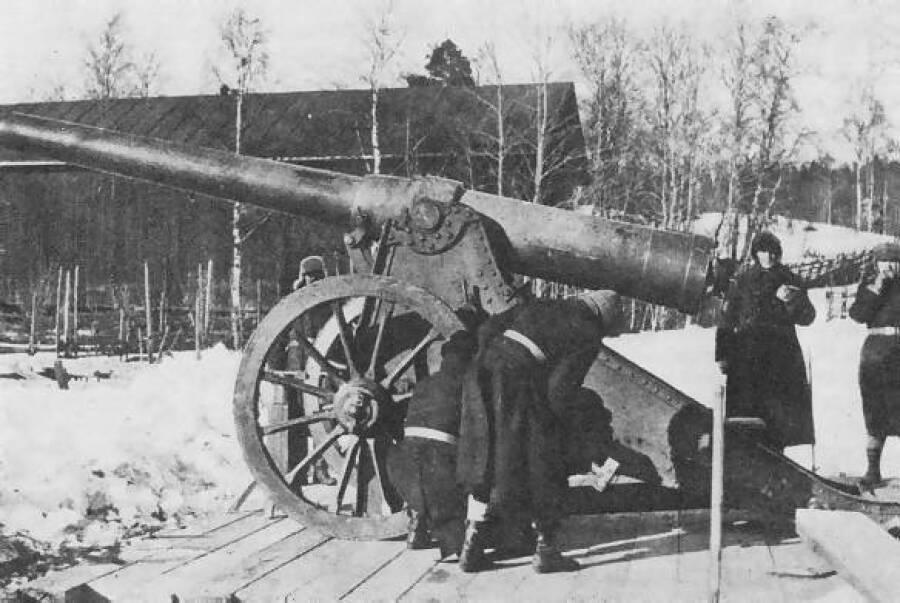 Подготовка антикварного орудия к бою
