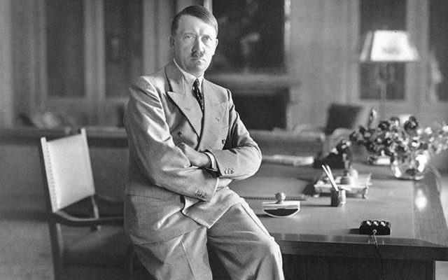 Фото Адольфа Гитлера в своем кабинете
