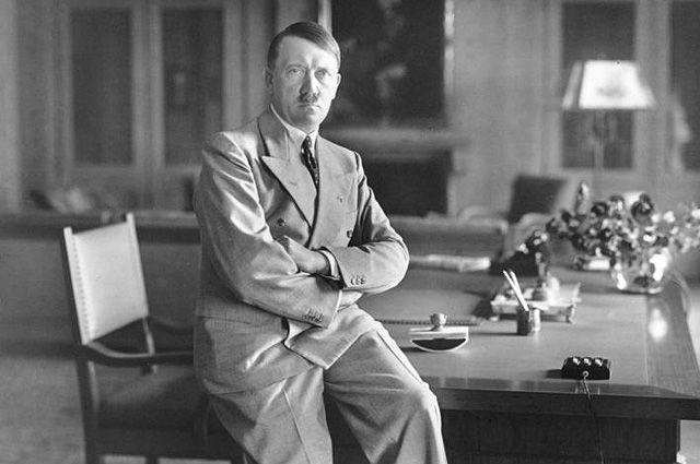 Адольф Гитлер в кабинете
