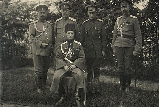 Генерал Брусилов и офицеры 8 армии