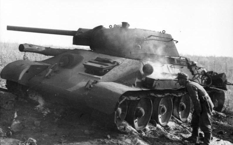 Подбитый танк Т-34 и немецкие солдаты