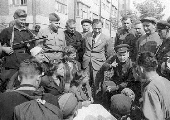 Секретарь КП Белоруссии Пономаренко и партизаны