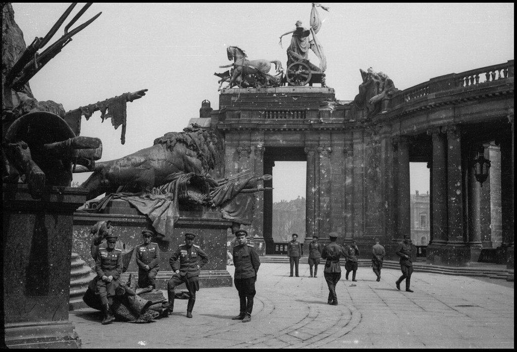 Солдаты СССР на улицах Берлина