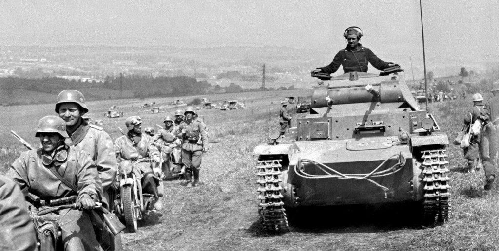 Немецкие солдаты двигаются в моторизованной колонне