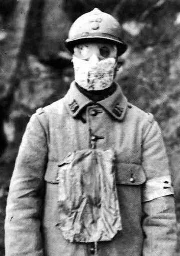 Солдат в защитной марлевой маске