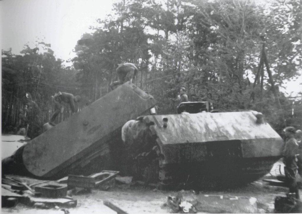 """Советские солдаты около немецкого танка """"Маус"""""""