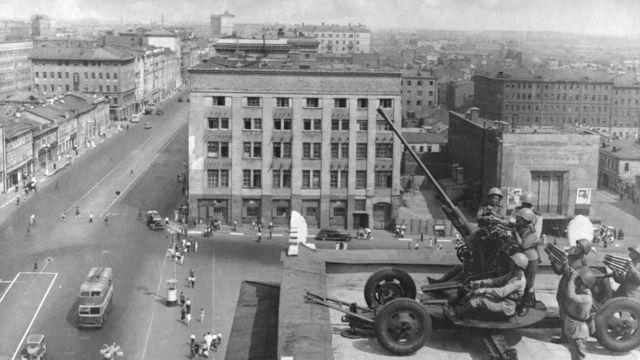 Установка Зенитки на крыше здания Москвы