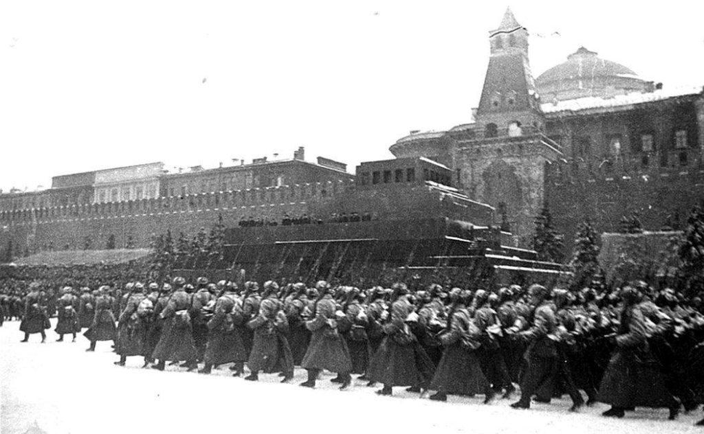 Войска с парада уходят на фронт в 1941 году