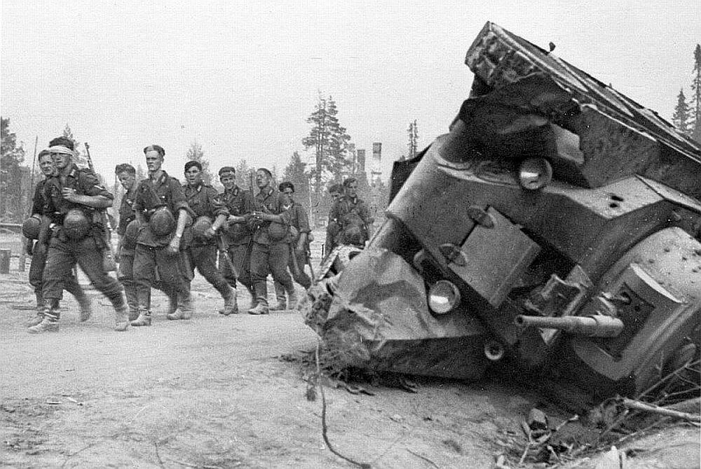 Советский танк БТ-7 под Смоленском