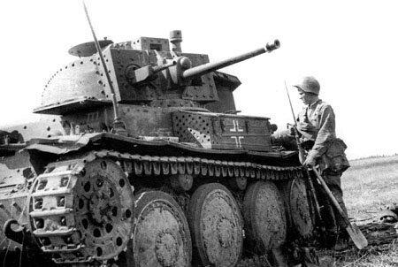 Немецкий танк и советский солдат