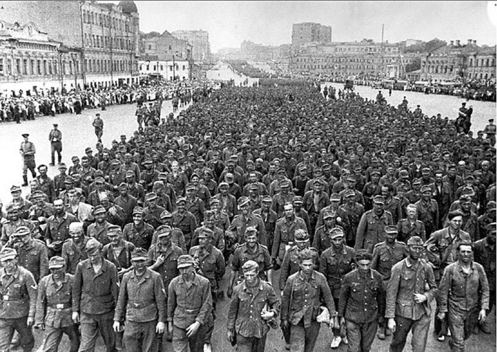"""Колонна пленных немецких солдат после операции """"Багратион"""""""