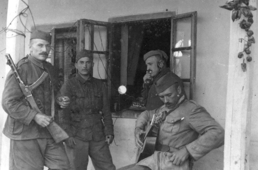 Партизаны Югославии получают помощь от местных жителей