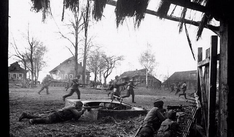 Войска СССР в бою у села Тарутино в Калужской области