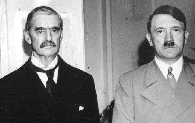 Портрет Гитлера и премьер-министра Великобритании