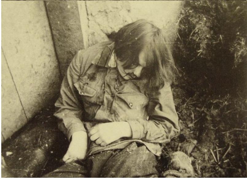 Умершая девушка, которая взята в плен