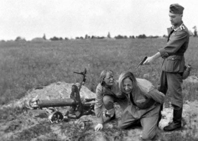 Немец берет в плен девушек-красноармецев