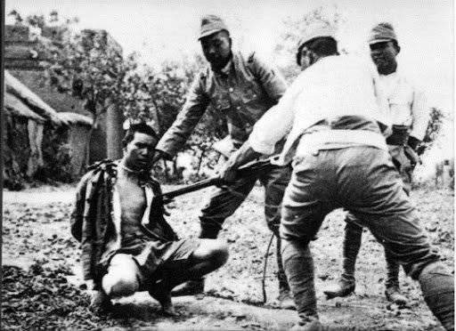 Японцы ведут расправу с пленным