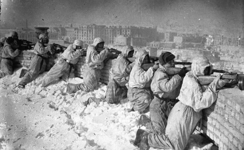 Солдаты СССР готовятся отражать атаку