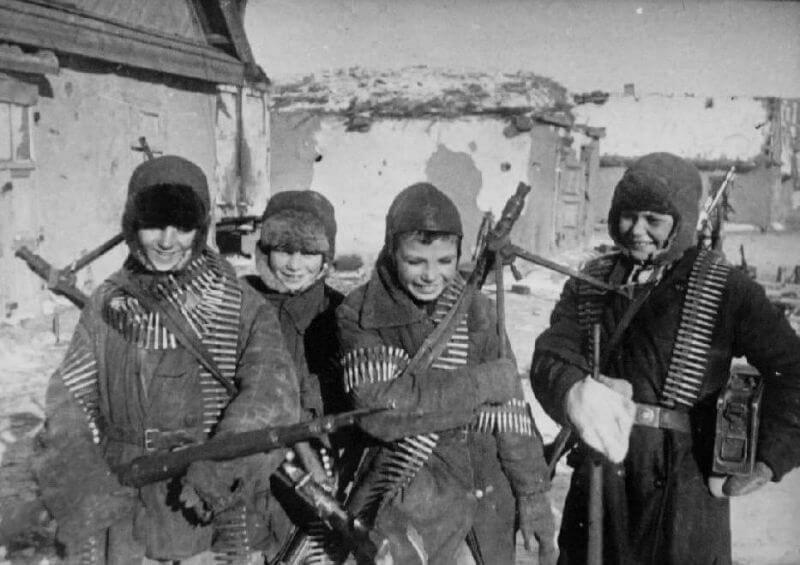 Дети СССР на улицах Сталинграда в 1943 году
